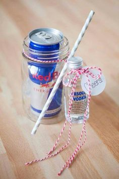 The Original DIY Mason Jar Cocktail Gifts! DIY // Cocktail Mason Jar Gift<br> So freaking cute - you just have to see them! Wrap up a mason jar drinking mug, soda and a mini bottle of alcohol for a darling DIY cocktail gift! Pot Mason, Mason Jar Gifts, Mason Jar Diy, Santa Gifts, Diy Christmas Gifts, Craft Gifts, Diy Gifts, Mason Jar Cocktails, Indian Wedding Gifts