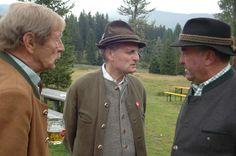 """Gast """"Eggerwirt"""" Albert Moser aus St. Michael zwischen zwei Lions (links Franz Fingerlos, rechts Sepp Prodinger) Captain Hat"""