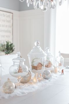 Cool 99 Totally White Vintage Christmas Decoration Ideas. More at http://99homy.com/2017/11/17/99-totally-white-vintage-christmas-decoration-ideas/