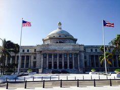 Domingo, 27 de octubre de 2013 a las 8:45 a.m. El Capitolio cumplió con la sec. C del artículo 6 que indica que la bandera de Puerto Rico, siempre quedará a la izquierda de la bandera de los Estados Unidos. También sigue el articulo 4 sec. a que dice que la bandera se ha de usar en un asta. Pero no cumple con el artículo 5 sec. A, que establece que las banderas solo se enarbolará en días laborables establecidos, aunque ésta trabaje en días no-laborales, el reglamento no establece un…