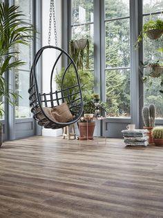 Een vloer met een donkere hout optiek past bij de Botanische woonsfeer. @watisjouwstijl #Tarkett