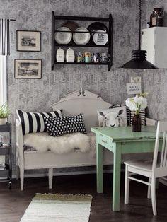 estilo country, banco de madera blanco, mesa de madera verde
