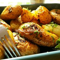 Kuřecí stehna pečená na bramborách a žampionech – U Miládky v kuchyni Chicken Wings, Baked Potato, Ham, Turkey, Cooking Recipes, Potatoes, Treats, Baking, Ethnic Recipes