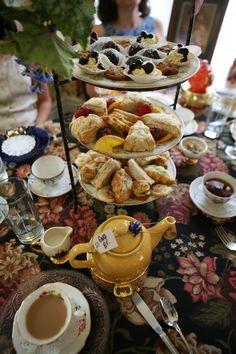 Pot of English Breakfast & Tea Treats English Breakfast Tea, English Afternoon Tea, Breakfast Desayunos, English High Tea, English Tea Time, Cream Tea, Brunch, Vegan Teas, Café Chocolate
