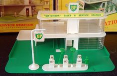 A guide to the Moko Lesney matchbox series of Service or Petrol Stations, See also our Price Guide pages for these Garages Toy Garage, Toy Trucks, Pickup Trucks, Childhood Toys, Childhood Memories, Retro Kids, Matchbox Cars, Auto Service, Tin Toys