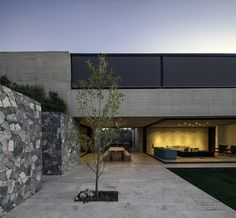 Image 1 of 24 from gallery of SH House / Photograph by Aryeh Kornfeld Architecture Résidentielle, Beautiful Architecture, Modern Exterior, Exterior Design, Narrow House, Indoor Outdoor Living, Types Of Houses, Future House, Building A House