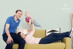 Familienportrait beim Baby Fotoshooting im Little Monkey Fotostudio Berlin © Miriam Ellerbrake #babyfotografieberlin #babyfotografin # berlin #familienfotografie #baby