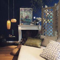 Blaue Wand, Kamin, Bambusleuchten, Schöner Wohnen mit Livland.