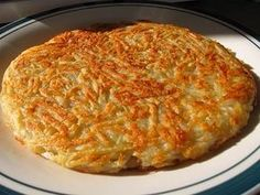 Making Roesti is very easy and requires just butter, potatoes and salt. This step by step guide to making roesti is made with raw potatoes, although some people insist on using day-old cooked potatoes. Swiss Roesti is a national dish of Switzerland. Golden Potato Recipes, Swiss Recipes, Raw Potato, Potato Hash, Potato Kugel, National Dish, Potato Pancakes, How To Cook Potatoes, Potato Dishes