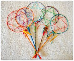 Uma lembrancinha que, com certeza, vai agradar crianças grandes e pequenas! Raquetes de bolinha de sabão! Lindas e coloridas, fazem sucesso nas festas e brincadeiras. Feitas com arame, fitas e lã, são uma ótima opção de lembrancinha. Vêem acompanhadas de uma bacia colorida de plástico. R$ 15,00