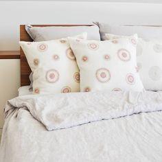 Verwende diese Kissen entweder einzeln oder paarweise zusammen für einen Hauch von Farbe im Schlafzimmer.  Sie passen gut zu den meisten Bettwäschen mit neutraler Farben. Colorful Throw Pillows, Decorative Pillows, Modern, Bed Pillows, Pillow Cases, Design, Collection, Home, Neutral Paint