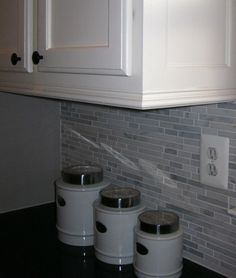 Remodeling Kitchen Cabinets Remodelando la Casa: Adding Moldings to your Kitchen Cabinets - How to add moldings to your kitchen cabinets to make them more stylish. Kitchen Cabinet Molding, Cabinet Trim, New Kitchen Cabinets, Kitchen Redo, Kitchen And Bath, Kitchen Ideas, Corner Cabinets, White Cabinets, Oak Cabinets