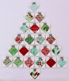Christmas Baubles Quilt « Moda Bake Shop [Want a star on top but very cute. Christmas Patchwork, Christmas Blocks, Christmas Quilt Patterns, Christmas Sewing, Christmas Fabric, Noel Christmas, Christmas Baubles, Christmas Quilting, Purple Christmas