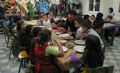 """Il cuoco""""Miro"""" passa e gira tra i tavoli, descrive e fa assaggiare ai bambini gli ingredienti a loro disposizione: ciioccolato nero e bianco, yogurt magro, nocciole, mandorle... piatti, cucchiai e pennelli"""
