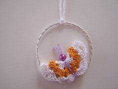Fleur-papillon au crochet, plié en deux puis cousu avec des mini-perles et accroché à un bracelet argenté
