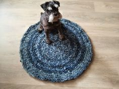 Farkku on tosi ihana materiaali monenmoisissa käsitöissä. Tällä kertaa kyseessä on isolla koukulla farkkusuikaleista virkattu pyöreä matto...