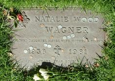 Gravesite of Hollywood movie legend Natalie Wood. Cemetery Monuments, Cemetery Headstones, Old Cemeteries, Cemetery Art, Graveyards, Famous Tombstones, Famous Graves, Natalie Wood, Famous Stars