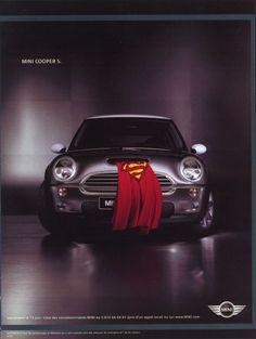 La métaphore : Désignation d'un objet ou d'une idée par un mot référant à un autre mot ou à une autre idée. Permet la comparaison, l'analogie et favorise le discours poétique. On nous présente dans l'exemple ci-dessous une Mini dont la cape de Superman dépasse du moteur afin de montrer la puissance de ce véhicule.