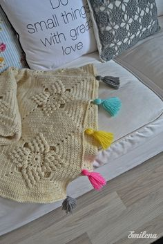 Cute version of the Smitten blanket with tassels - free pattern here…