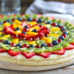 Sugar Cookie Fruit Pizza - This is so good! You dont feel as guilty eating the giant cookie with icing with all that fruit on top. Recettes de cuisine Gâteaux et desserts Cuisine et boissons Cookies et biscuits Cooking recipes Dessert recipes Cookie cake Fruit Pizza Cups, Fruit Pizza Frosting, Easy Fruit Pizza, Fruit Tart, Pizza Food, Food Food, Fruit Pizzas, Pizza Bake, Pizza Pizza