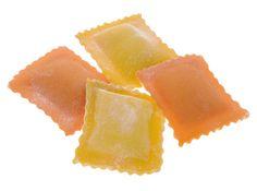 RAVIOLI MOZZARELLA E BASILICO - Pasta fresca all'uovo con ripieno - Cottura: 3 minuti. Ingredienti pasta: semola di grano duro, farina, uovo, pomodoro, sale. Ingredienti ripieno: ricotta, mozzarella, basilico, Grana Padano, sale #Poggiolini #pasta #pastafresca #ravioli #mozzarella #basilico #Toscana