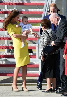 ニュージーランド外遊を終えて豪シドニー(Sydney)のシドニー国際空港(Sydney Airport)に到着し、ピーター・コスグローブ(Sir Peter Cosgrove)豪連邦総督夫妻(右)の出迎えを受ける英国のウィリアム王子(右奥)とジョージ王子(Prince George)を抱いたキャサリン妃(Catherine, Duchess of Cambridge、左、2014年4月16日撮影)。(c)AFP/WILLIAM WEST ▼16Apr2014AFP|ウィリアム英王子一家、NZから豪州入り http://www.afpbb.com/articles/-/3012781 #Sydney #PrinceWilliam #PrinceGeorge #Catherine #DuchessofCambridge #SirPeterCosgrove