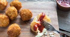 Ryžové guličky plnené mozzarellou - dôkladná príprava krok za krokom. Recept patrí medzi tie najobľúbenejšie. Celý postup nájdete na online kuchárke RECEPTY.sk. Arancini, Stromboli, Ketchup, Mozzarella, Ale, Risotto, Ethnic Recipes, Food, Top View