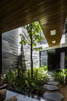 of Garden House / Ho Khue Architects - 1 Image 1 of 39 from gallery of Garden House / Ho Khue Architects. Photograph by Hiroyuki OkiImage 1 of 39 from gallery of Garden House / Ho Khue Architects. Photograph by Hiroyuki Oki Design Exterior, Interior And Exterior, Luxury Interior, Outdoor Spaces, Outdoor Living, Casa Patio, Backyard Patio, Large Backyard, Internal Courtyard