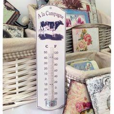 Biały metalowy termometr, dzięki swojej ozdobie jaką jest postać krowy, doskonale udekoruje na styl prowansalski każdą kuchnię.