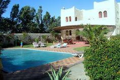 Maison d'hôtes Dar-Maris, 44000 SIDI-KAOUKI (Essaouira) MAROC  Lieu de ressourcement, mieux-être, holistique  Chambres d'Hôtes : 45 personnes Notre maison se veut conviviale et familiale, en toute simplicité… Le Riad Dar Maris se situe dans la forêt d'arganiers sur la route d'Agadir, à 19 km au sud d'Essaouira et de sa médina et à 15 minutes de l'aéroport international d'Essaouire. Vous rejoindrez le parcours de golf d'Essaouira Mogador en 10 minutes de route. Bien abrité des...