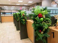 Gerbes artificielles décorées pour la Caisse Populaire Desjardins. Réalisation par #Alphaplantes. #Noel #Christmas #Xmas #Fetes #Decoration #Holidays #Decor #