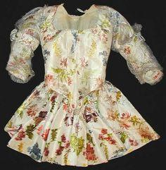 Bridal gown 1750, white silk with floral pattern. Turun museokeskus.