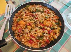 Cómo hacer Arroz con verduras. Primeramente lavamos bien y cortamos las verduras en trozos medianos. Calentamos el aceite en la cazuela tipo paellera para sofreír unos segundos el ajo