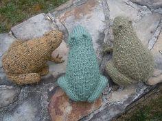 Nem og charmerende frø til samlingen af små dyr. Den er her strikket i halvtykt (worsted weight) tweedgarn, men alle slags garn kan bruges. Pinde 4. Læs mere ...