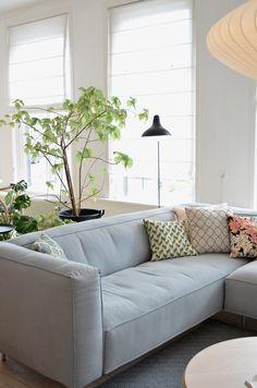 Hotspot: Jan de Jong interieur Leeuwarden / photography by Milou Nieuwenhuis… Cosy Living, Sofa, Couch, Scandinavian Interior, Home Decor Wall Art, Home Living Room, Interior Inspiration, Modern Design, Sweet Home