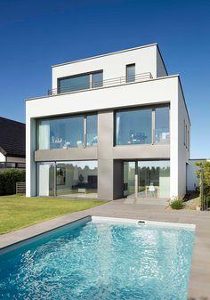 Exklusiver Garten Mit Schwimmpool Und Terrasse Aus Natursteinplatten