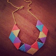 カラフルな三角がいくつも連なった、インパクト大のネックレス。シンプルなTシャツに合わせれば、ほどよくモードな雰囲気がプラスできます。手作りすればリーズナブルに作れちゃうのも魅力的!
