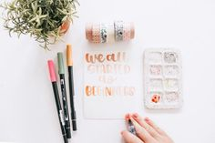 Handlettering For Beginners - Are you looking for some of the best tips for beginning to learn how to handletter? I have been handlettering for several years and learned a lot through trial and error. Join Suzy Grace of How to Handletter as she navigates you with ease, through handlettering for beginners. #handletteringtips #handlettering Hand Lettering Quotes, Lettering Styles, Brush Lettering, Modern Calligraphy Tutorial, Hand Lettering Tutorial, Handlettering For Beginners, Best Brush Pens, Expensive Pens, Fancy Pens
