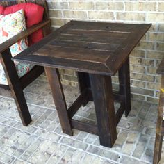 The DIY pallet side table or end table is an upcycled piece of pallet furniture. Pallet Crafts, Diy Pallet Projects, Pallet Ideas, Wooden Crafts, Old Pallets, Wooden Pallets, Pallet Furniture, Furniture Projects, Furniture Plans