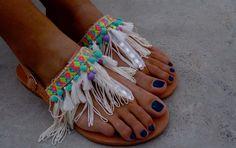 Sandales en cuir fait à la main, Aquarius (fabriqué à la commande)  Sandales à bride arrière en cuir véritable, T-strap, avec frange, pom pom, pompons, perles et pierres semi-précieuses.  Inspiré par la puissance intellectuelle, le style progressif et la folie du Verseau. :-)  Le tout est cousu à la main sur les chaussures.  tailles disponibles  EU____..... 35...... 36 37... 38... 39... 40... 41... 42 U.K.___...... 2....3-3.5.....4.........5........6........6.5.......7........8 USA…