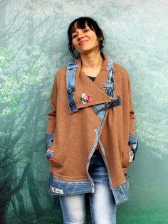Loco del dril de algodón y lana suéter estilo calle patchwork denim reciclan chaqueta. Hecha de retazos reciclados de pantalones de mezclilla y un suéter de lana. Para gente libre. Diseño único. Uno de los tipos. Tamaño: Tamaño libre del M-XL (Europa 38-42). Línea del busto hasta 47