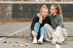 fun sisters picture • tennis court photography Tennis Senior Pictures, Tennis Photos, Girl Senior Pictures, Sports Pictures, Sister Beach Pictures, Best Friend Pictures, Friend Photos, Best Friend Photography, Creative Photography