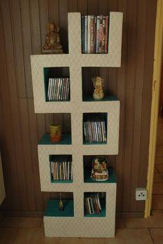 Estante de livros, feito de papelão.