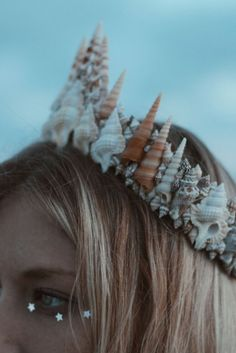 Mermaid bra ☾ ☆☽ Dreamy neutral tones and natural colored seashells come together to create this stunning piece. Designed to sit above the part, rather than across the forehead like other Wild & Free Jewelry shel Types Of Mermaids, Wild At Heart, No Ordinary Girl, Shell Crowns, Mardi Gras, Hallowen Ideas, Mermaid Crown, Mermaid Bra, Mermaid Dresses