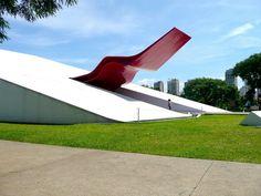 """Oscar Niemeyer: Discípulo de Lucio Costa y """"parceiro"""" de Le Corbusier, uno de los precursores del modernismo arquitectónico."""