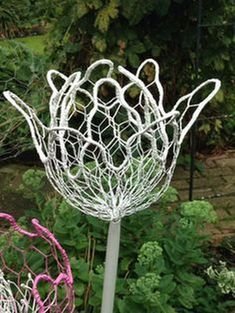 How to Make Chicken Wire Flowers – Craft projects for every fan! How to Make Chicken Wire Flowers – Chicken Wire Art, Chicken Wire Sculpture, Chicken Wire Crafts, Diy Garden, Garden Crafts, Garden Projects, Craft Projects, Garden Ideas, Wire Flowers