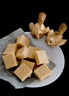 Baileys and White Chocolate Fudge. butter milk caster sugar Baileys white chocolate (melts or broken up bar) Baileys (additional) Baileys Fudge, Baileys Recipes, Fudge Recipes, Candy Recipes, Sweet Recipes, Dessert Recipes, White Chocolate Fudge, Chocolate Sweets, Homemade Sweets