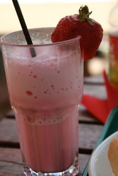 milk-shake fraise et vanille Milk Shakes, Make Ice Cream, Homemade Ice Cream, Faire Un Milk Shake, Milk Shake Vanille, Workshop, Milkshake Recipes, Blenders, Baileys