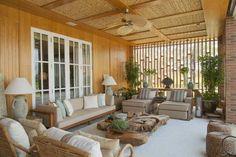 Muita madeira, revestimentos terrosos, bambú, palha, seda e tijolos artesanais compõe esta casa de campo de 1400 metros quadrados, onde uma...