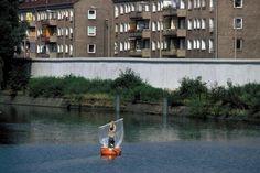 a2099 West-Berlin, 1981, Landwehrkanal. Am Ufer liegt die Mauer, dahinter die DDR.